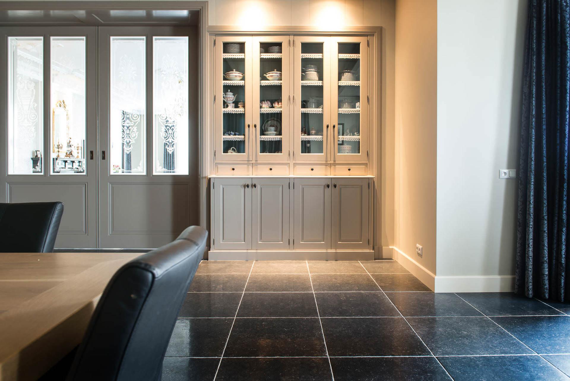 witte inbouw buffetkasten met glazen deuren