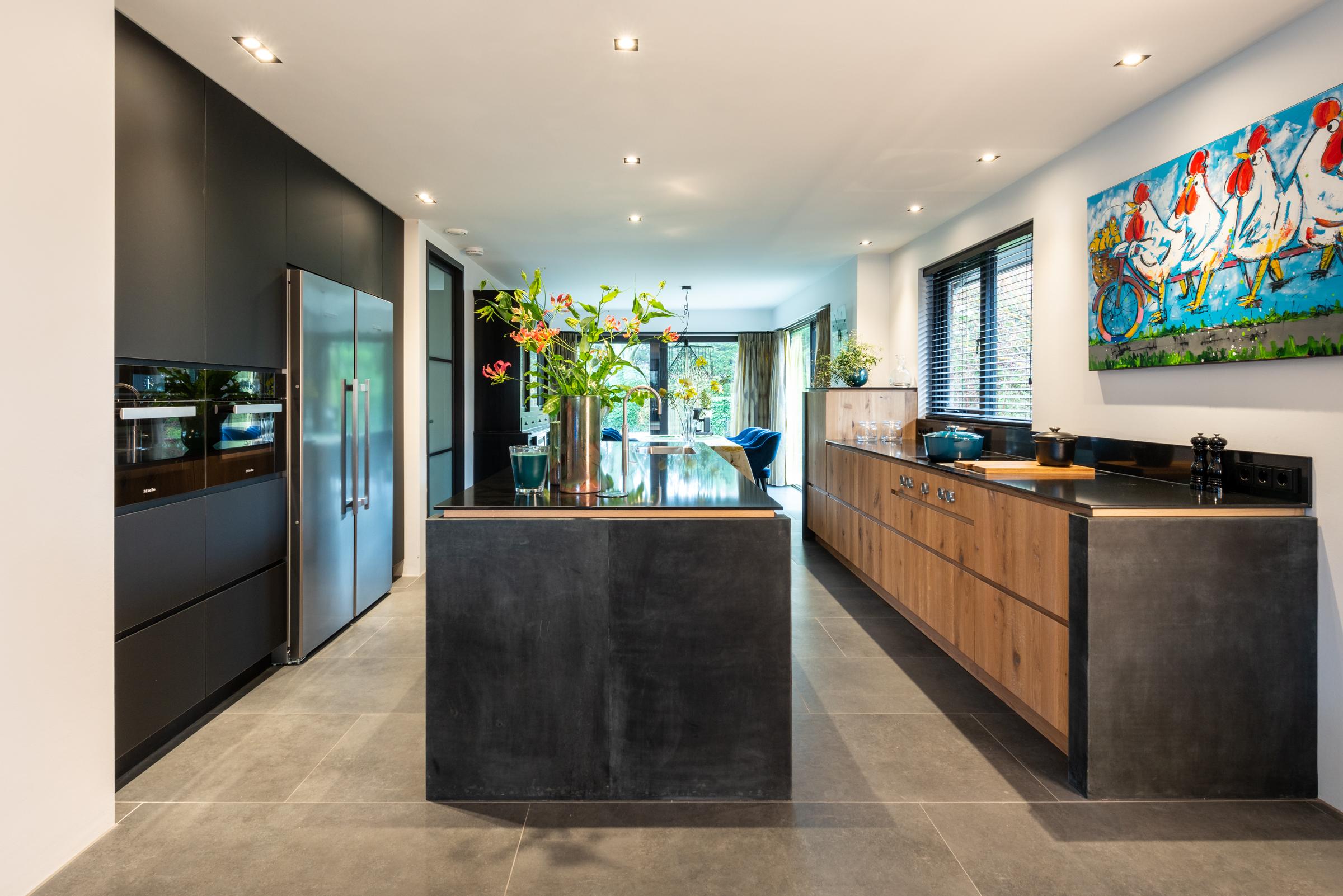 Moderne eiken keuken met keukeneiland en bora inductiekookplaat
