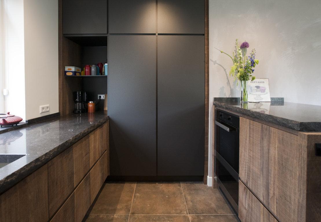Robuuste houten keuken met natuursteen