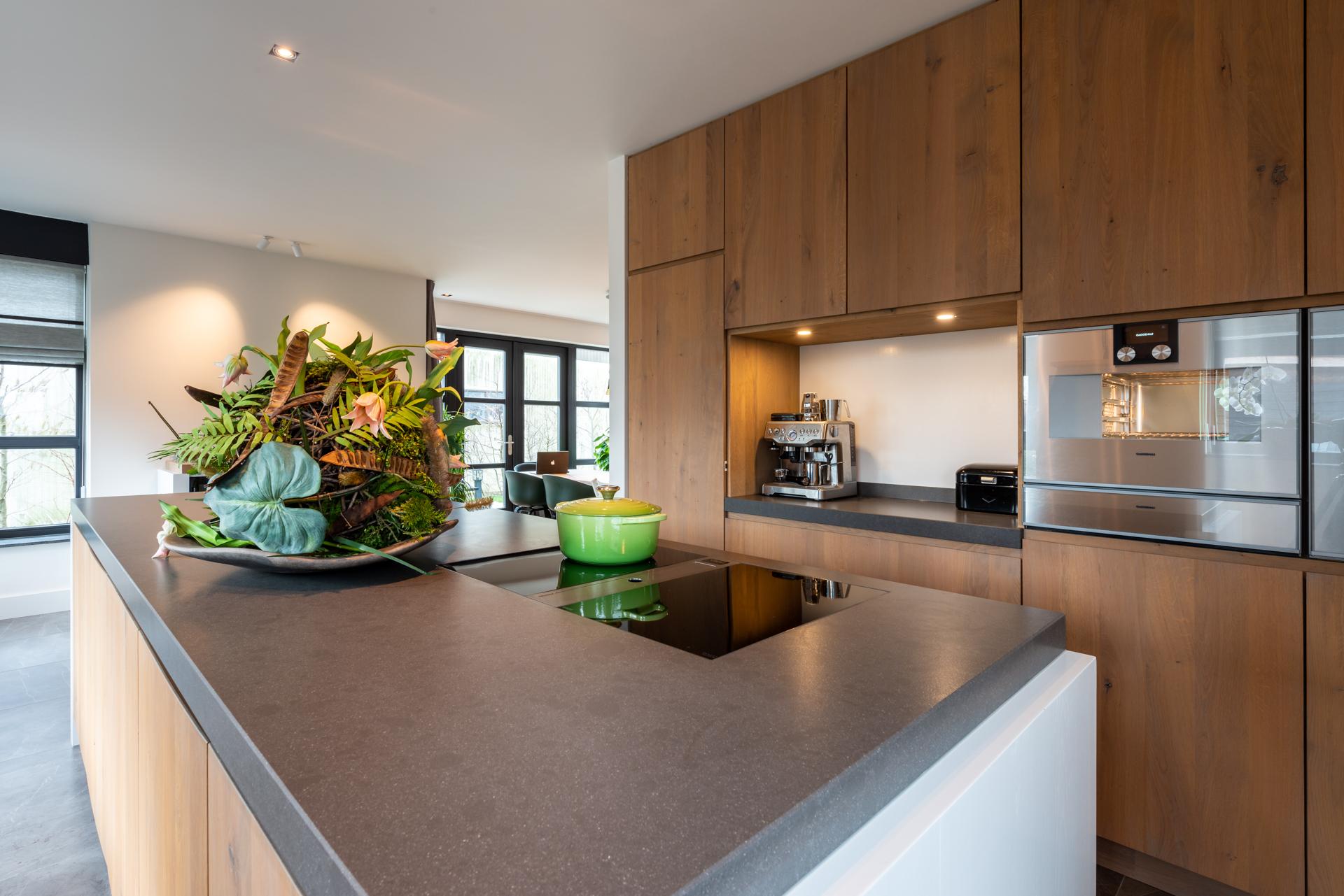 Luxe eiken houten keuken met Gaggenau inbouwapparatuur