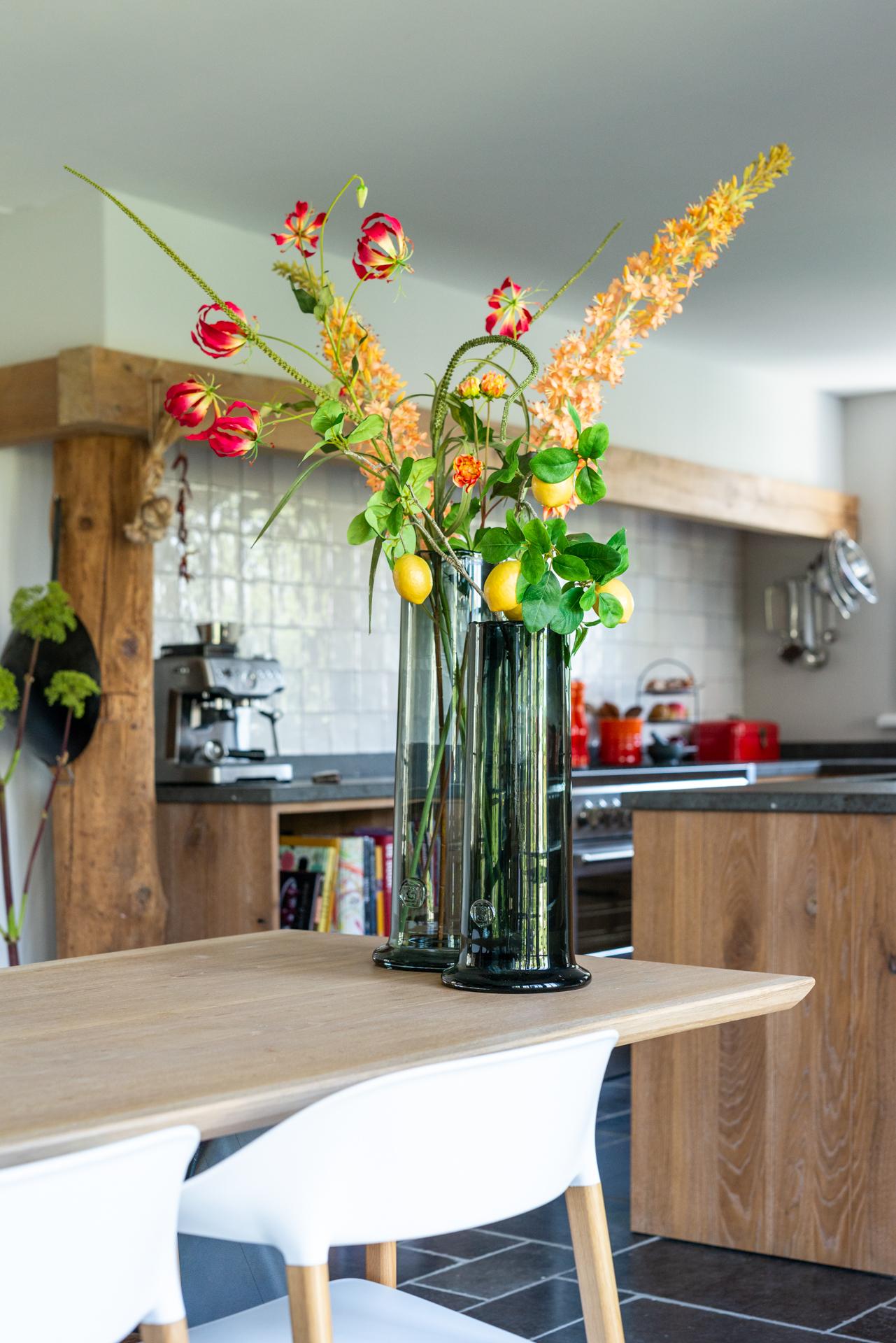 Massief eiken keuken met spaans hardsteen met Steel fornuis en Miele apparatuur