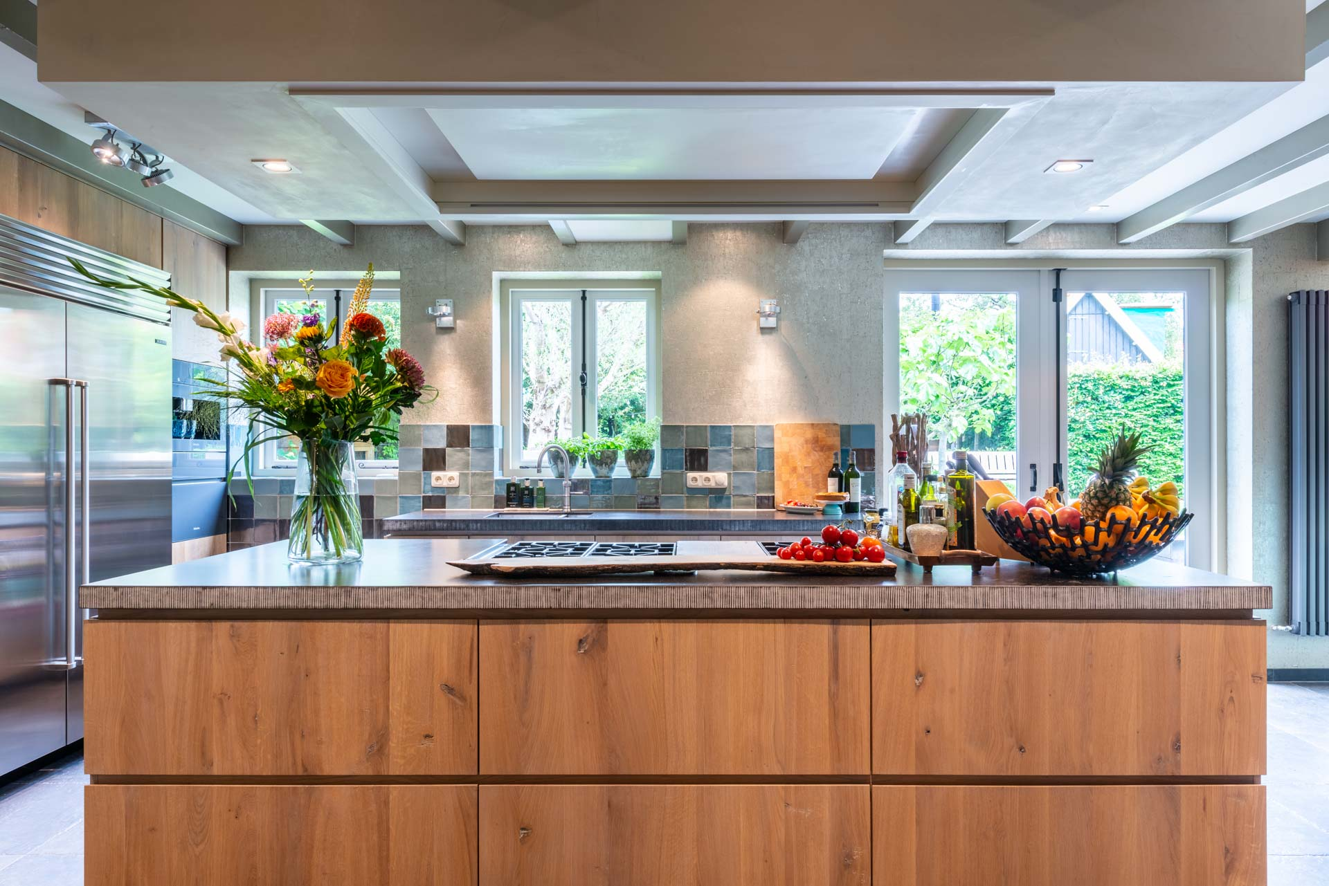 Eikenhouten keuken met composiet blad, apparatuur van Subzero-Wolf en Miele