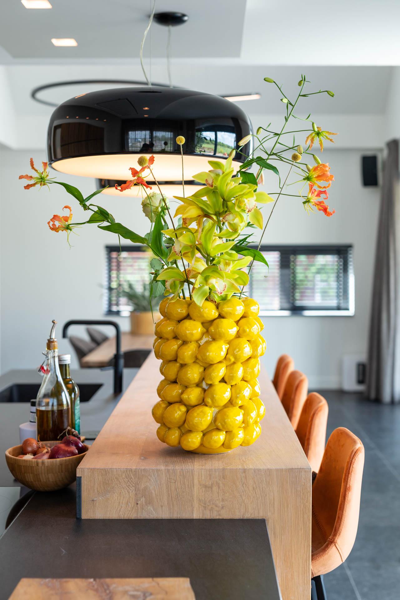 Moderne eikenhouten keuken met Miele apparatuur