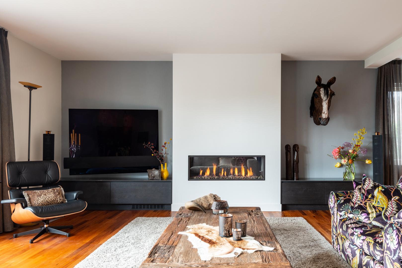 Sfeervol tv-meubel van zwart gebeitst eiken