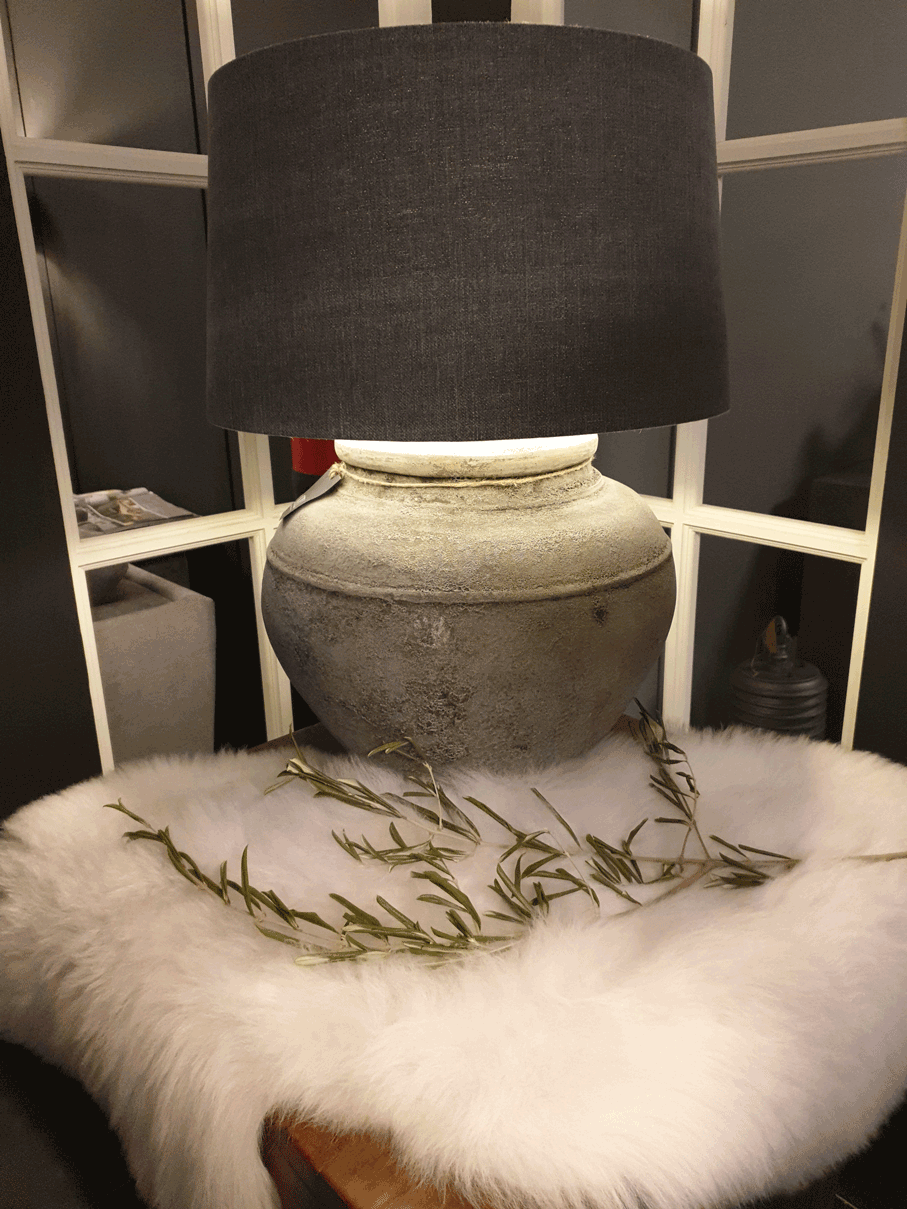 Landelijk accessoires opstelling. Landelijke lamp met schapenvacht.