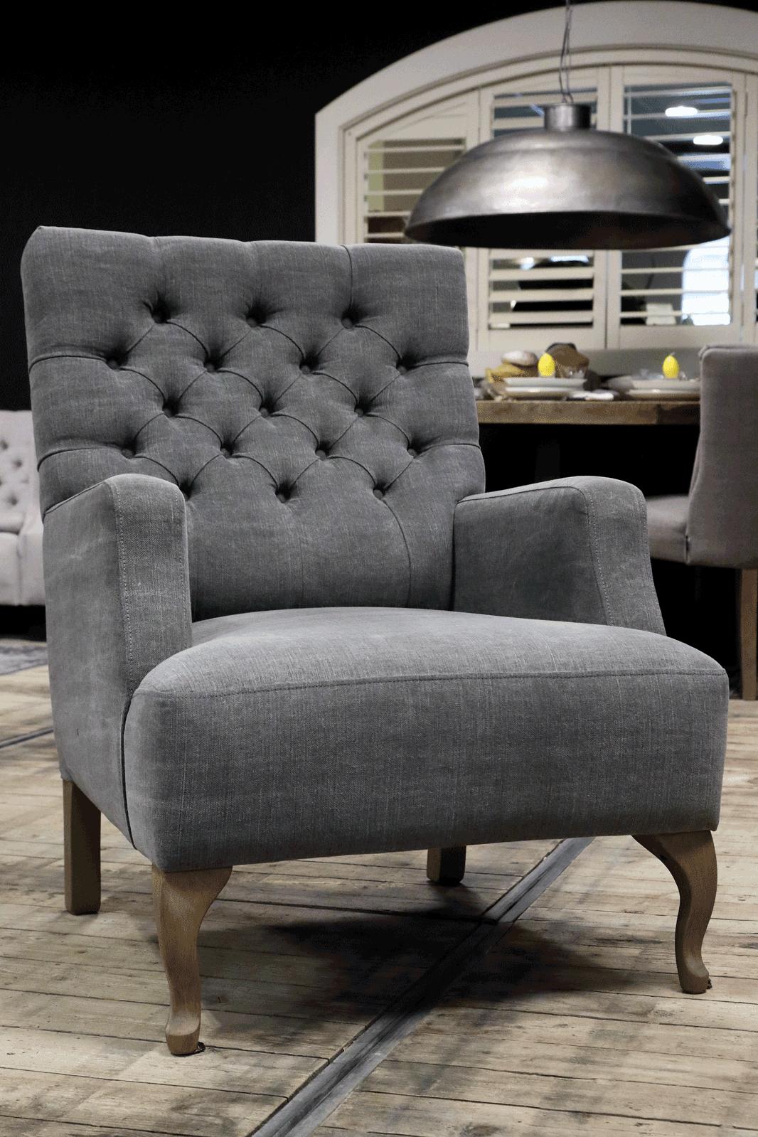 Landelijke meubelen, grijze fauteuils. Fauteuil met knopen en houten poten.