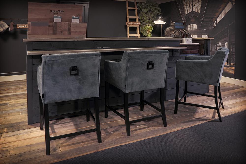 Hoge landelijke stoelen aan de bar van UrbanSofa met een landelijke blokkenkalender.
