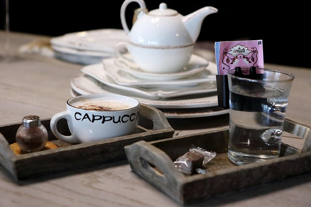 Lekkere koffie en thee in de showroom van Verschoor Wonen. Adviesgesprek voor landelijke meubels in de inrichting.