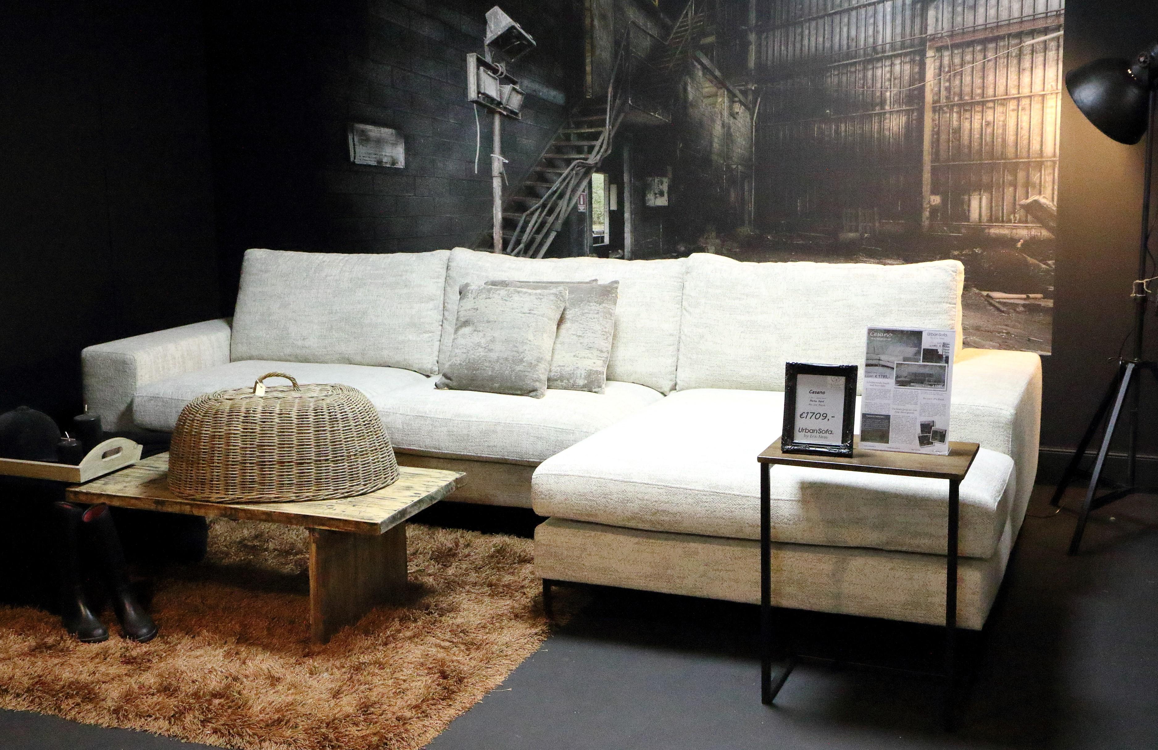 Urban Sofa landelijke hoekbank by Ira Ness. In een landelijk ingericht woonkamer.
