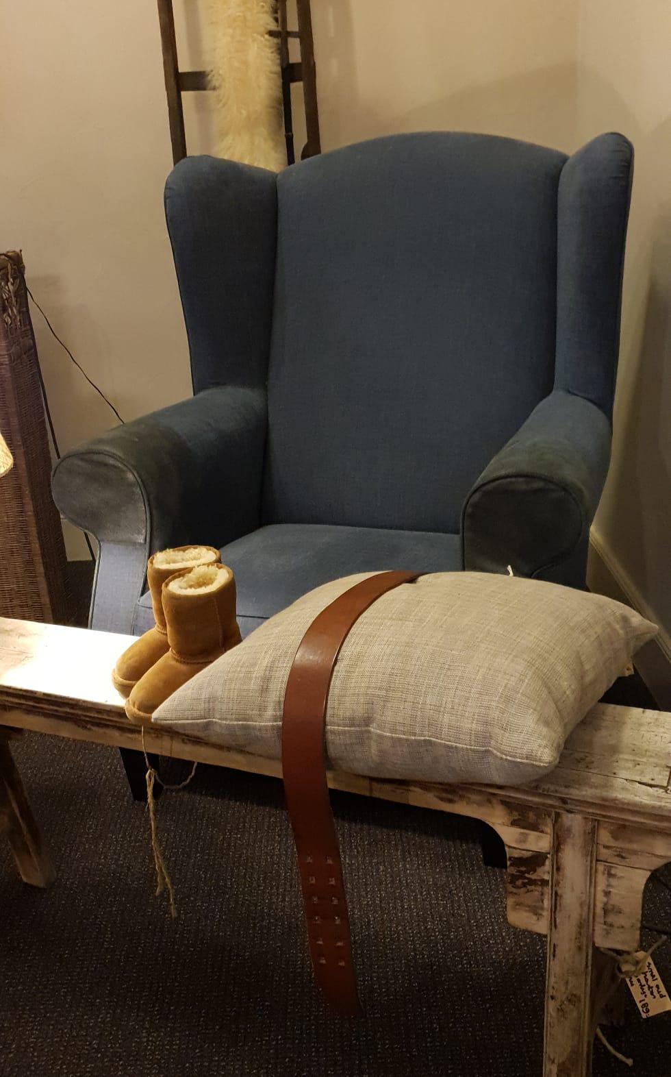 Landelijk stoel met sfeervolle accessoires in de showroom van Verschoor Wonen.