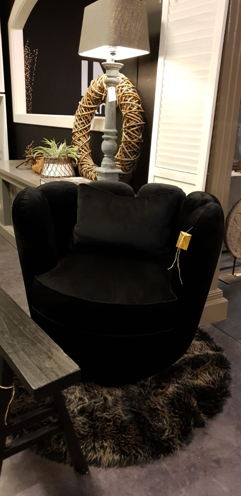 Moderne fluwelen fauteuil. Stijlvol designer stoeltje.