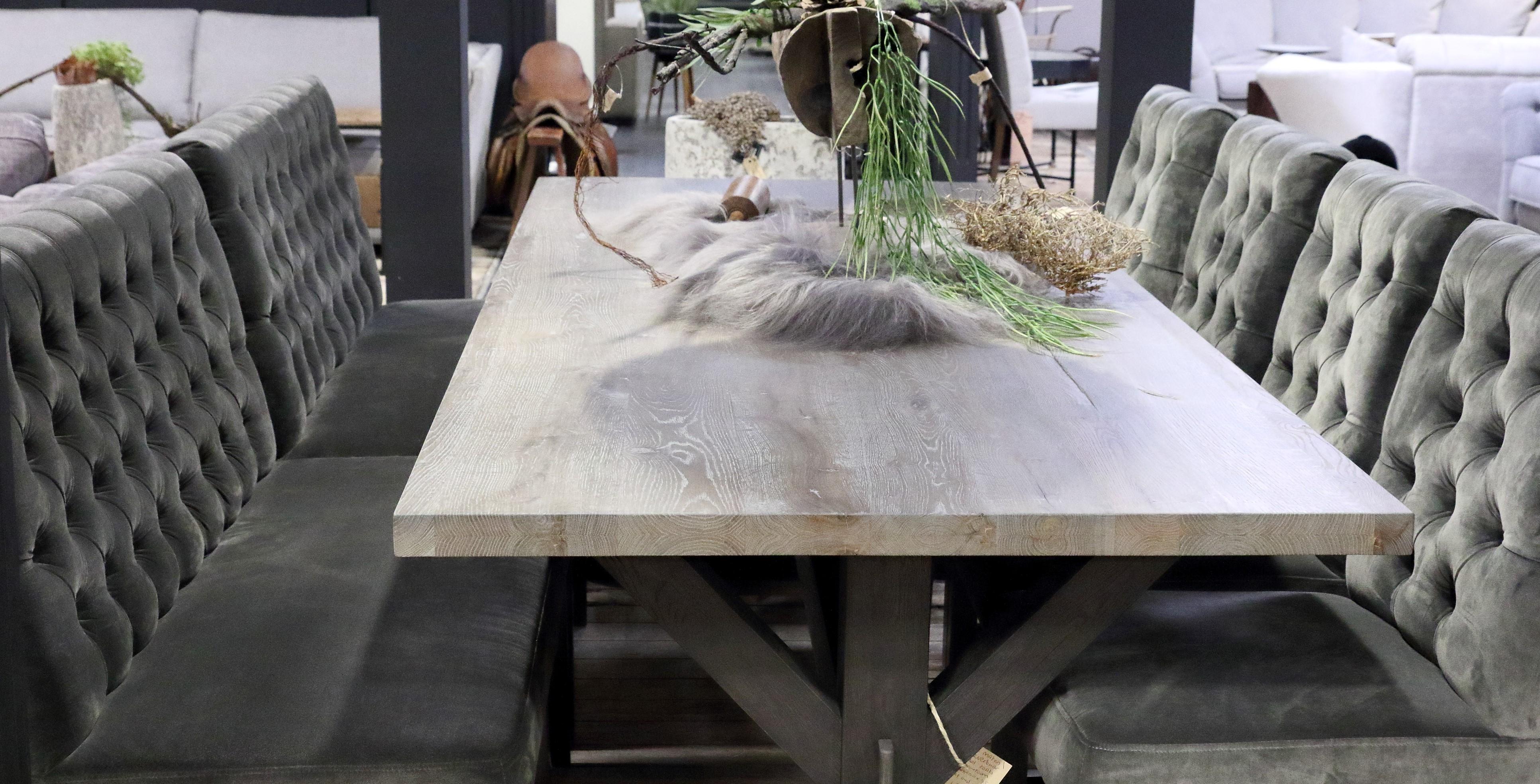 Vierkante houten eettafel met eettafels stoelen. Mooie landelijke meubelen voor in de eethoek.