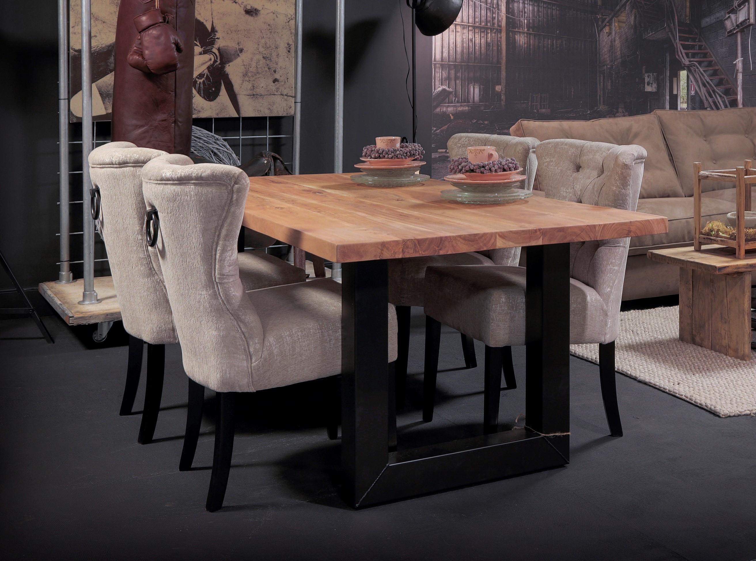 Eettafel hout tafelblad met industriële stalen poten. Landelijke eettafel opstelling.