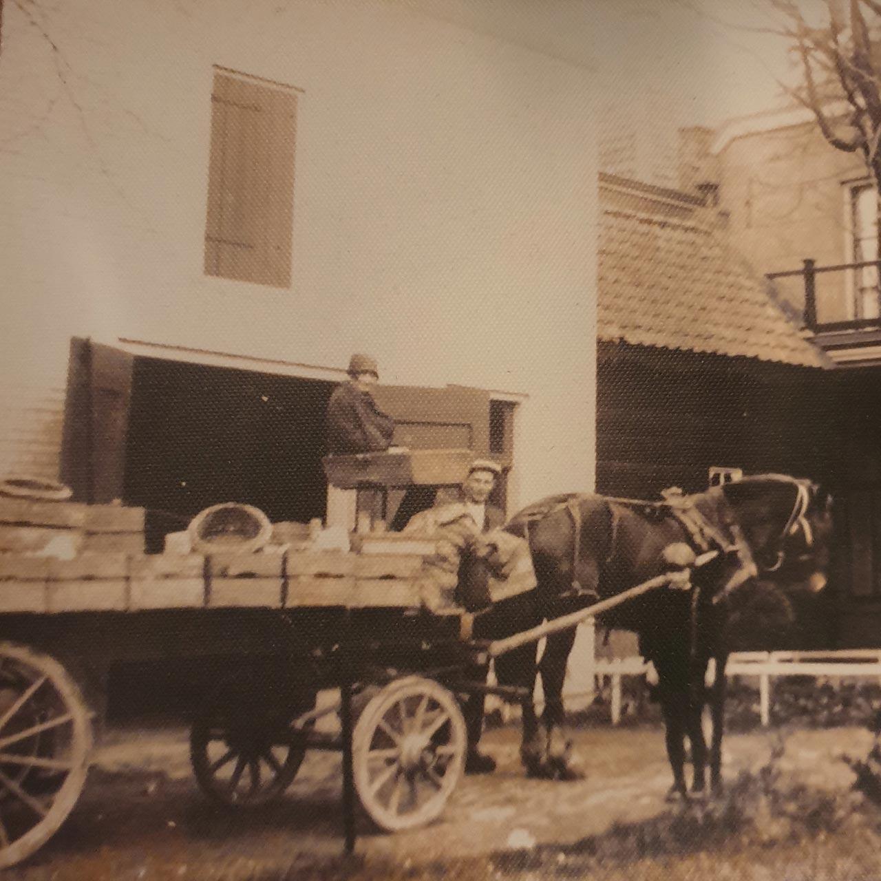Klassieke bezorging van de meubels van Verschoor Wonen. Sepia foto met paard-en-wagen.