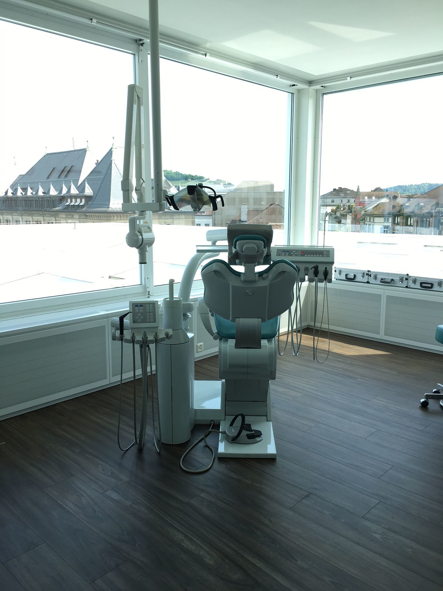 Behandlungszimmer der Zahnarztpraxis Resident mit Stadtblick