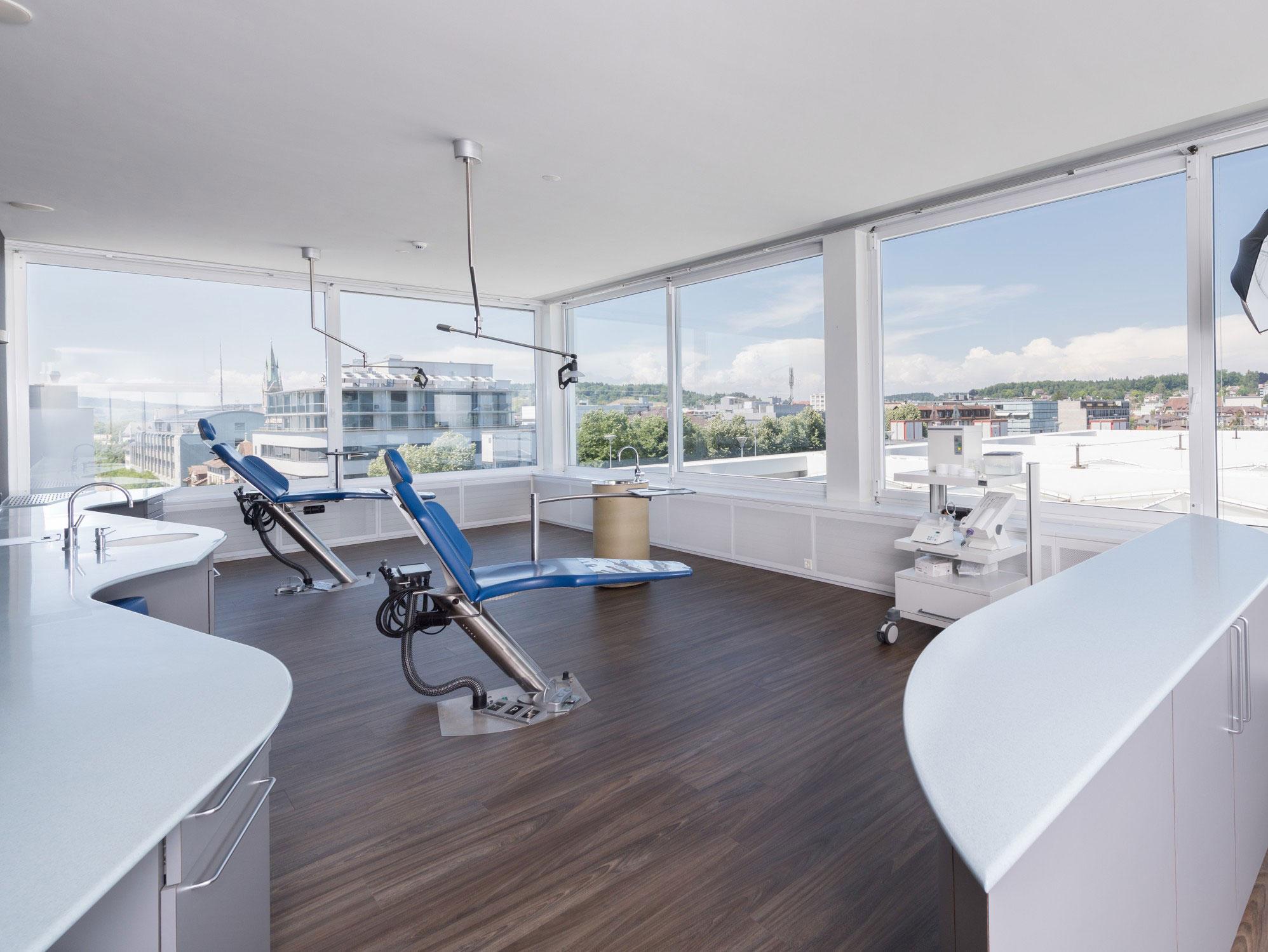 Behandlungszimmer mit Stadtblick von Zahnarzt Resident.