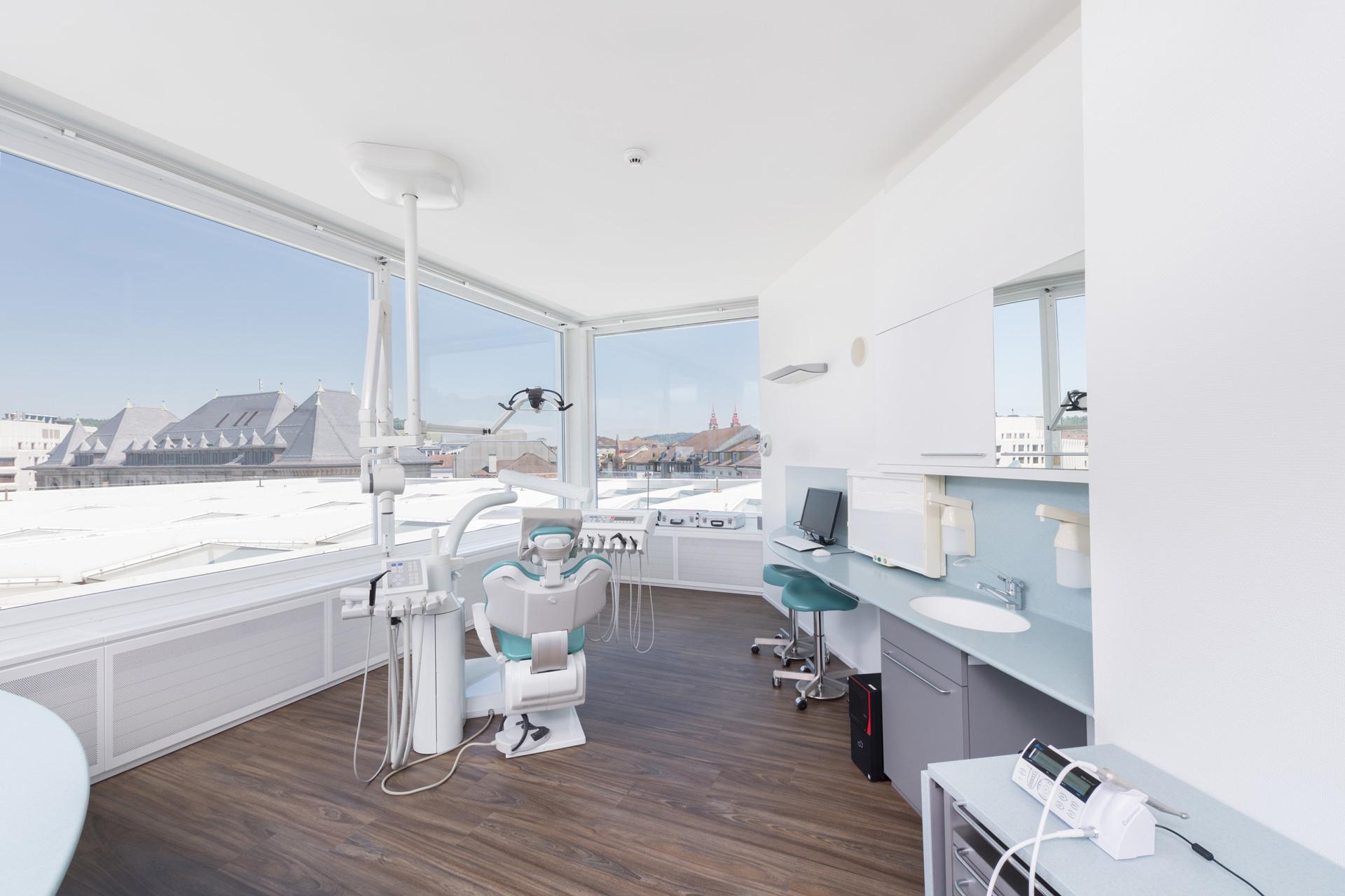 Das Behandlungszimmer der Zahnarztpraxis Resident bietet einen wunderschönen Ausblick über die Stadt Winterthur.