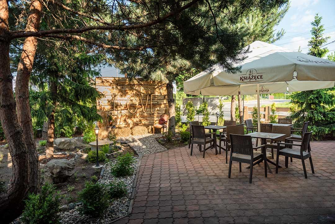 ogródek zewnętrzny i stoliki