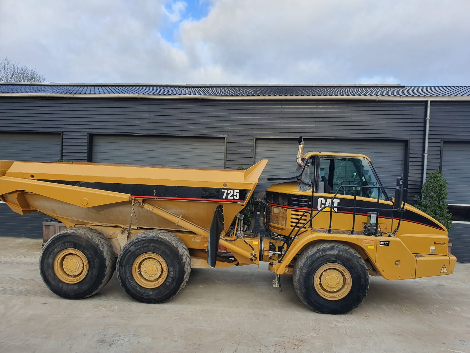 Caterpillar 725 Dumper for rent