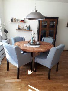 Landelijke tafel met 4 eetkamerstoelen