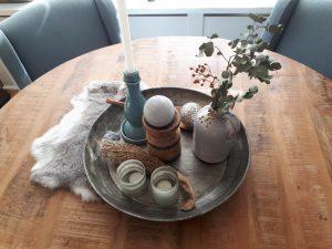 Landelijke tafel met decoratie - woonaccessoires