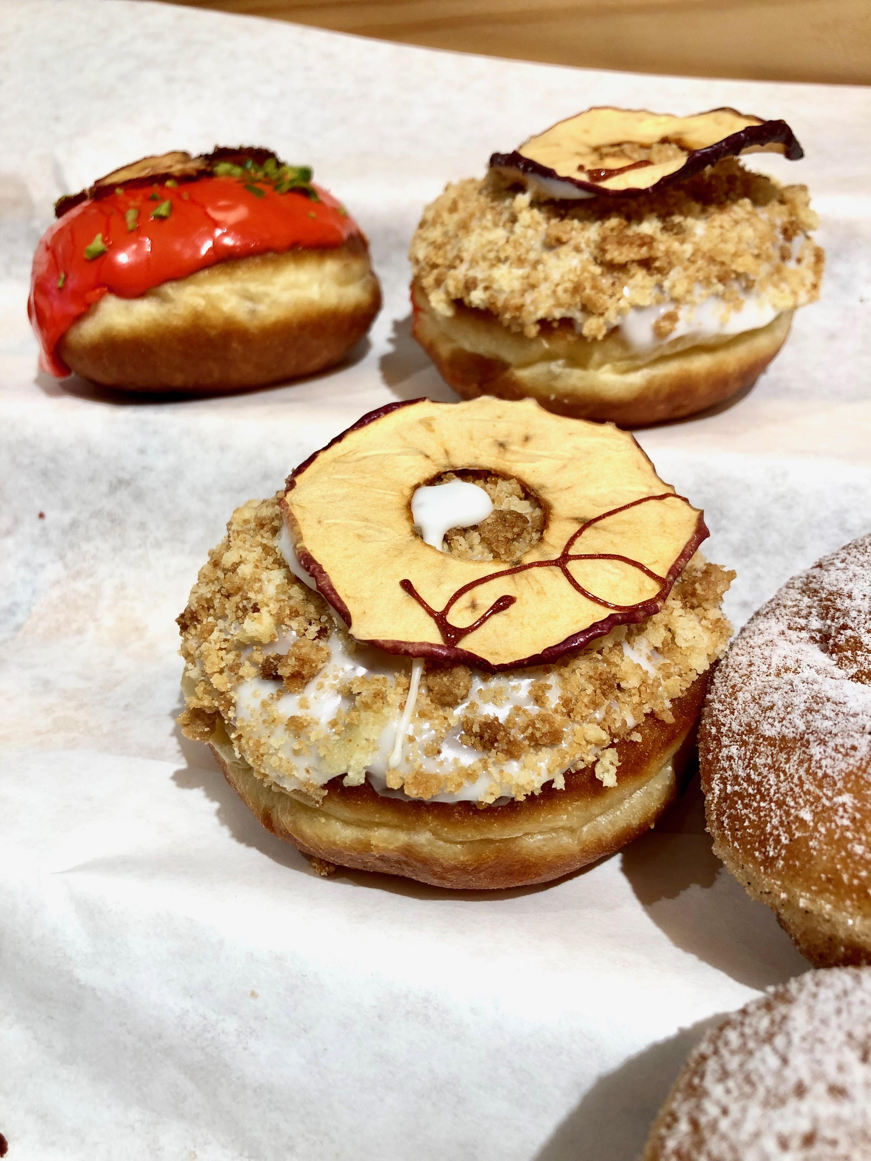 Herrlicher Apfelkuchen mit Butterstreuseln wie Oma ihn schon gemacht hat. Nur eben als Berliner-Pfannkuchen-Variante.