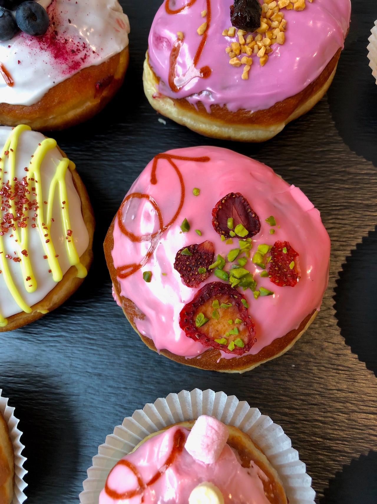 Erdbeermarmelade selbst zu kochen ist Ehrensache - Wer weniger Zucker verwendet, schmeckt mehr von der Frucht.