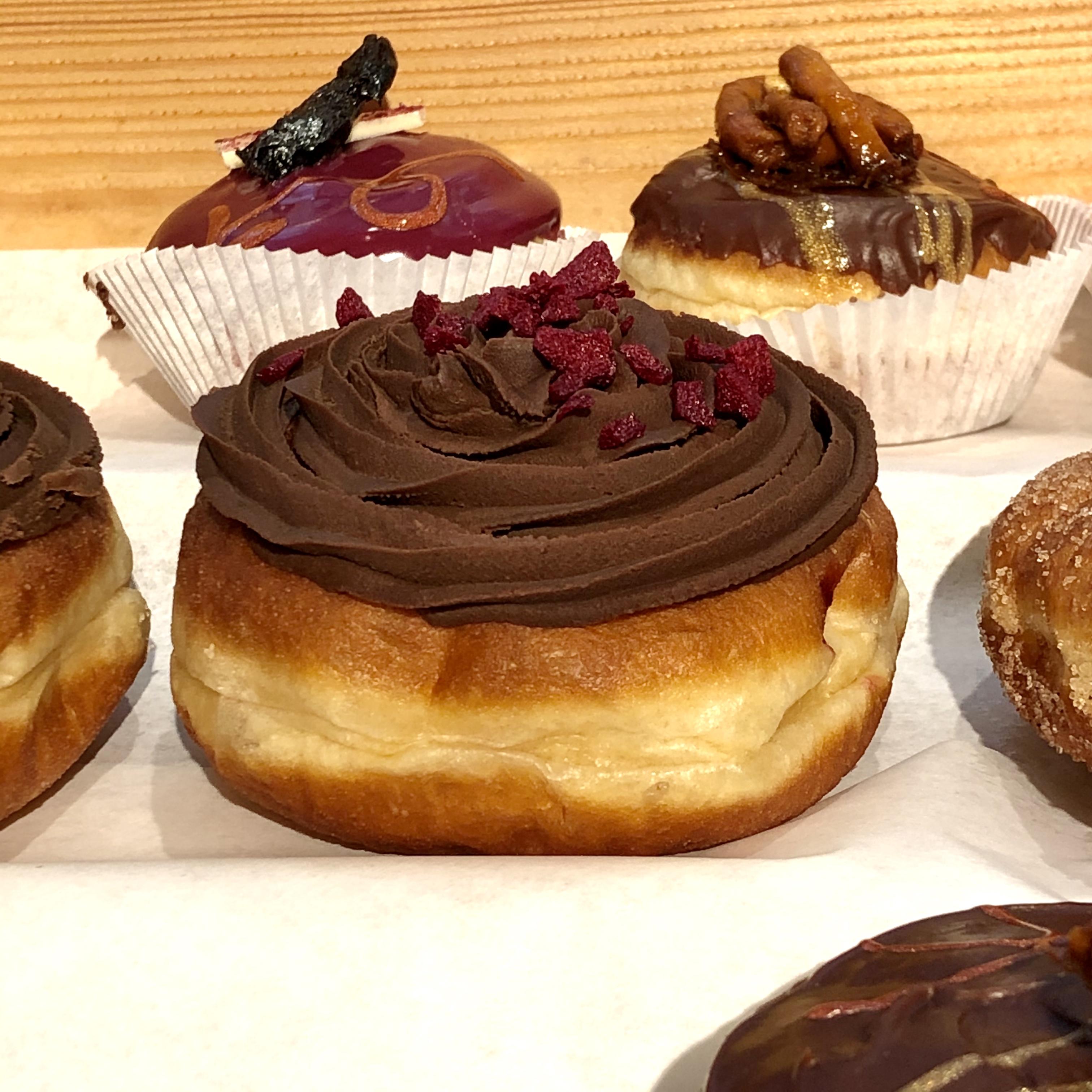 Raspberry Chocolate - Kurz: Fruchtige Himbeeremarmelade sieht dunkle Schokoladen Ganache, verliebt sich Kern über Kopf und ... BAM! Rasputin