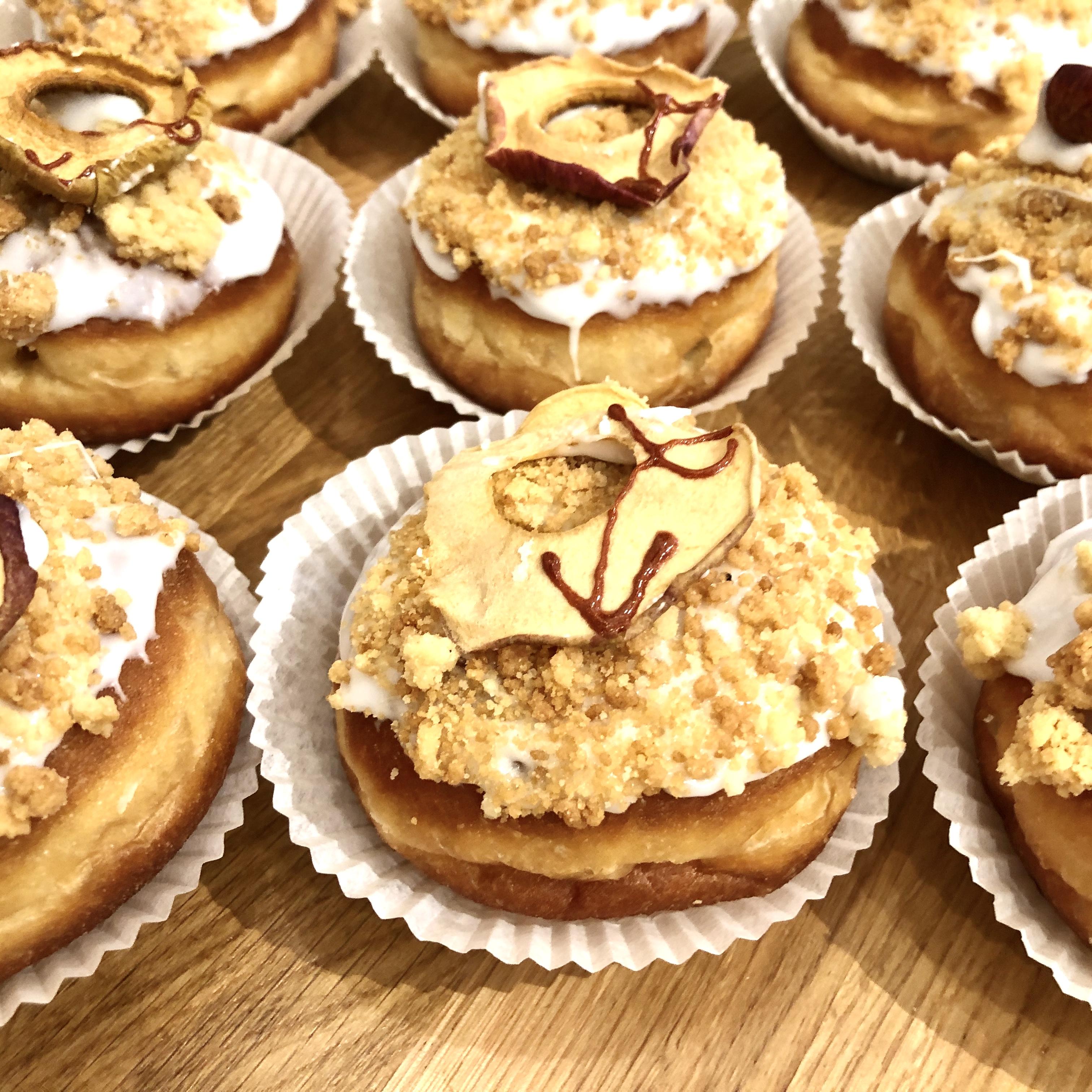 Unser Apple Pie schmeckt wie ein traditioneller Apfelkuchen mit Hefeteig, Butterstreuseln, wie Oma ihn früher gebacken hat. Er ist nur eben rund.