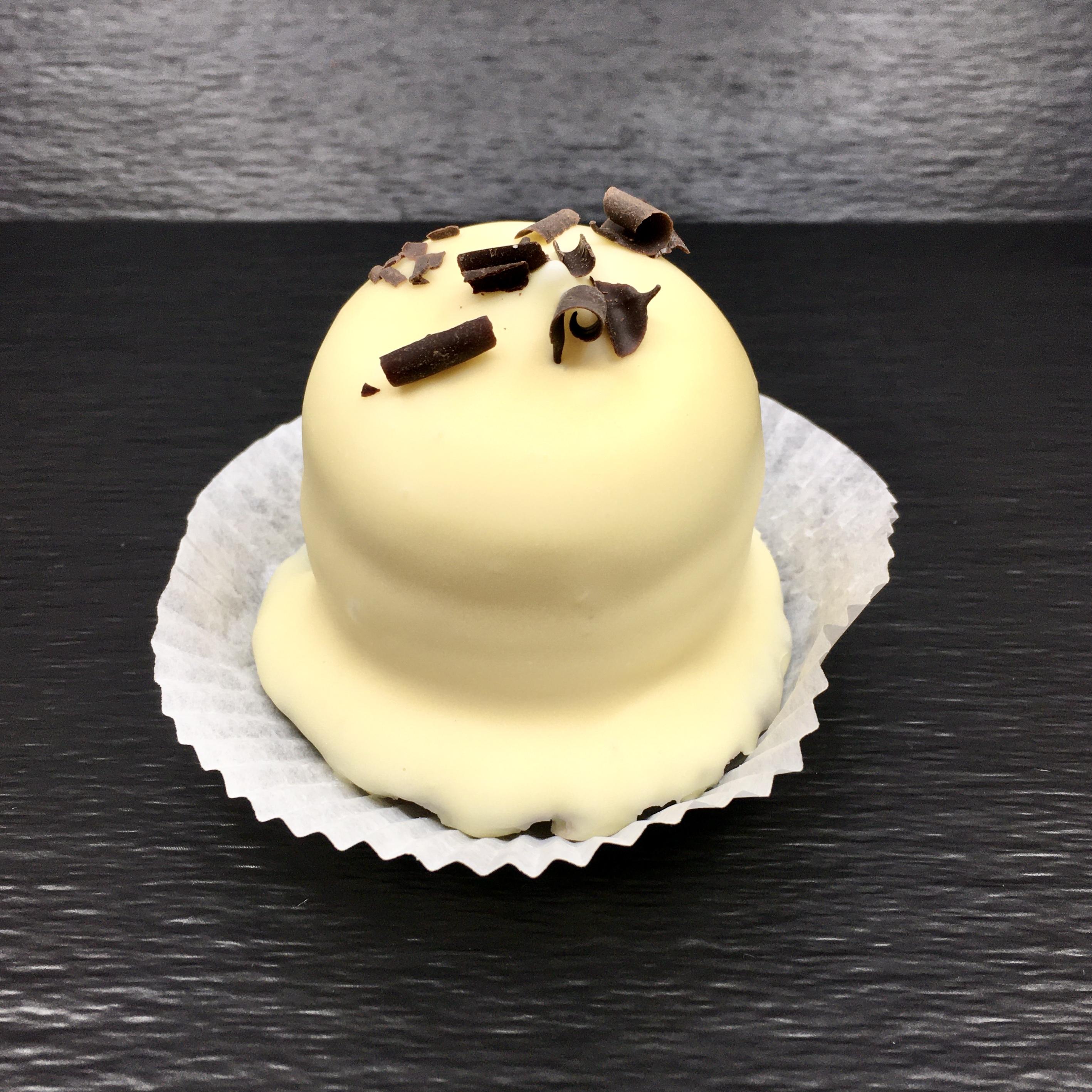 Weiße Schokolade braucht einen hohen Anteil an Kakoabutter, damit sie nach Vanille und sogar leichten Karamellnoten schmeckt. Unsere hat mehr Tiefgang als man das von weißer Schoki kennt.