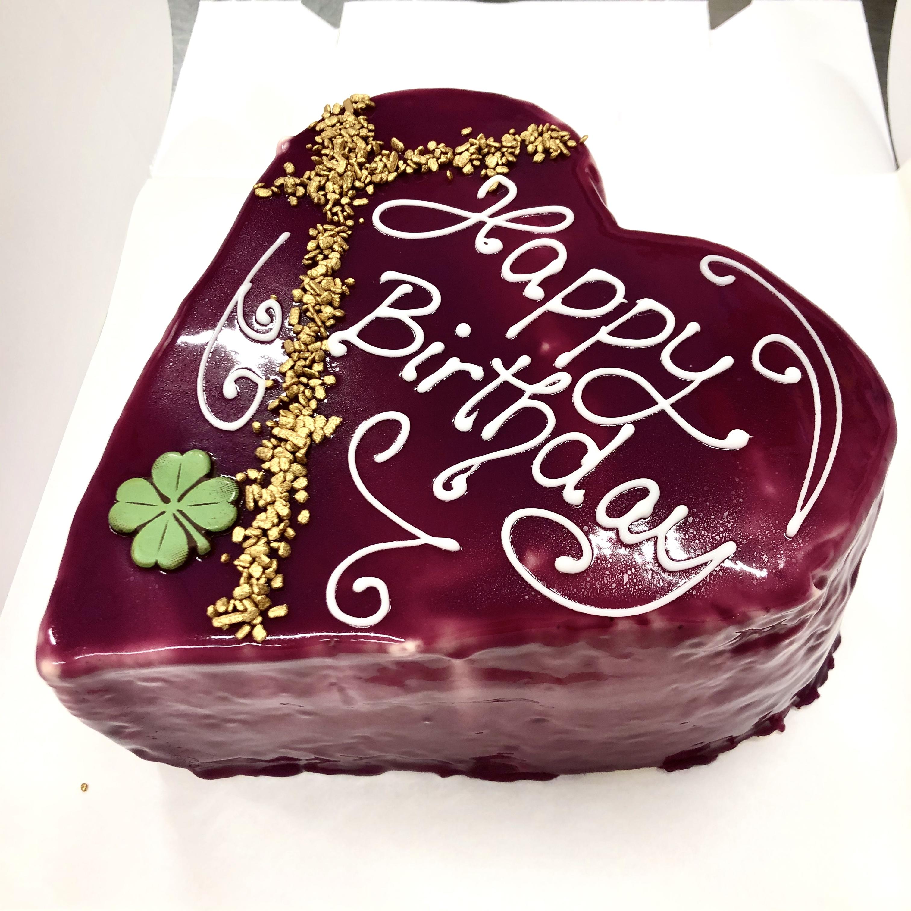 Die Liebe geht durch den Magen, heißt es nicht umsonst. Noch persönlicher als mit einer herzförmiger Torte kann man Liebe nicht verpacken.