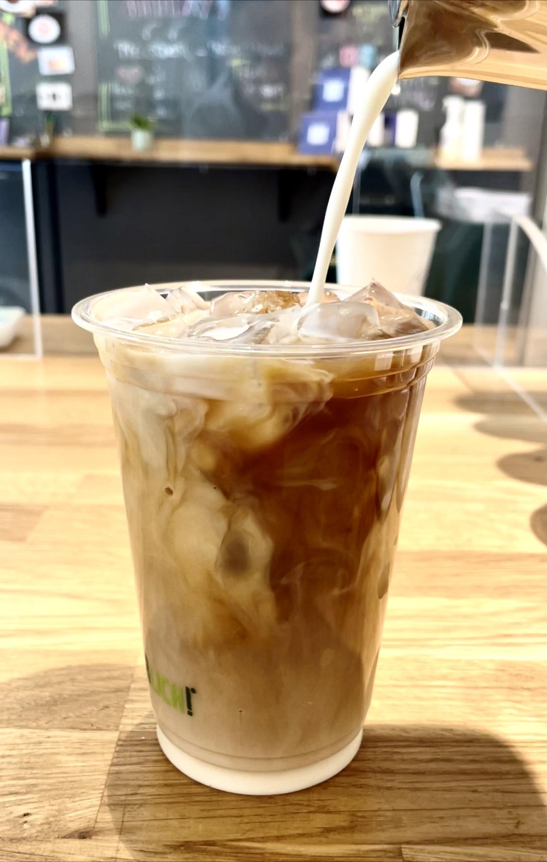 Iced Coffee und Cold Brew kühlen die Gemüter und machen gleichzeitig wach. Was will man mehr?