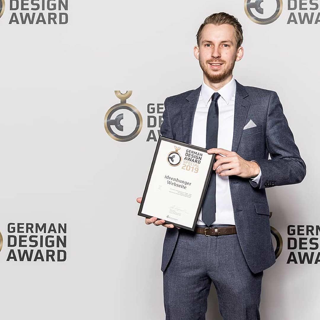 Simon nimmt den German Design Award 2019 für ideenhunger entgegen
