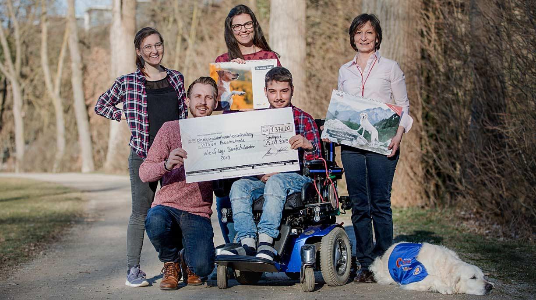 Das Team von Isle of Dogs bei der Spendenübergabe an den gemeinnützigen Verein VITA e.V. Assistenzhunde