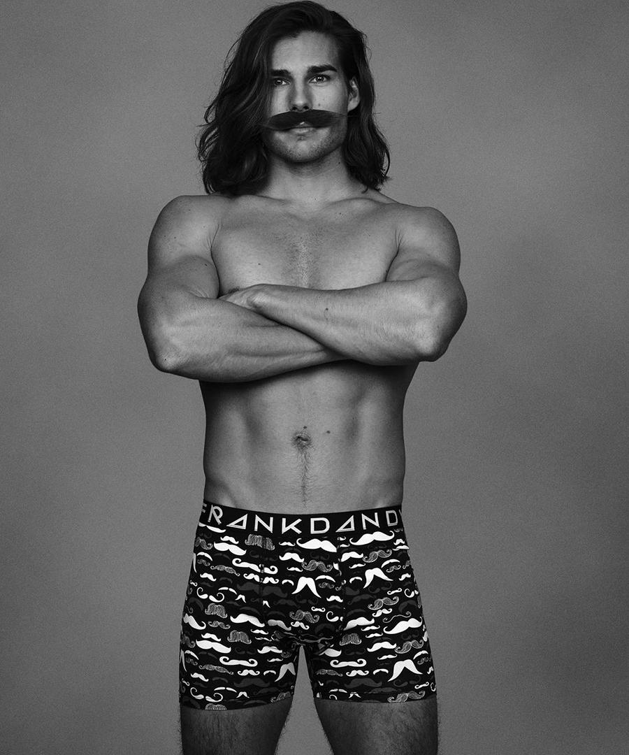 Manlig modell i mustaschkalsonger från Frank Dandy