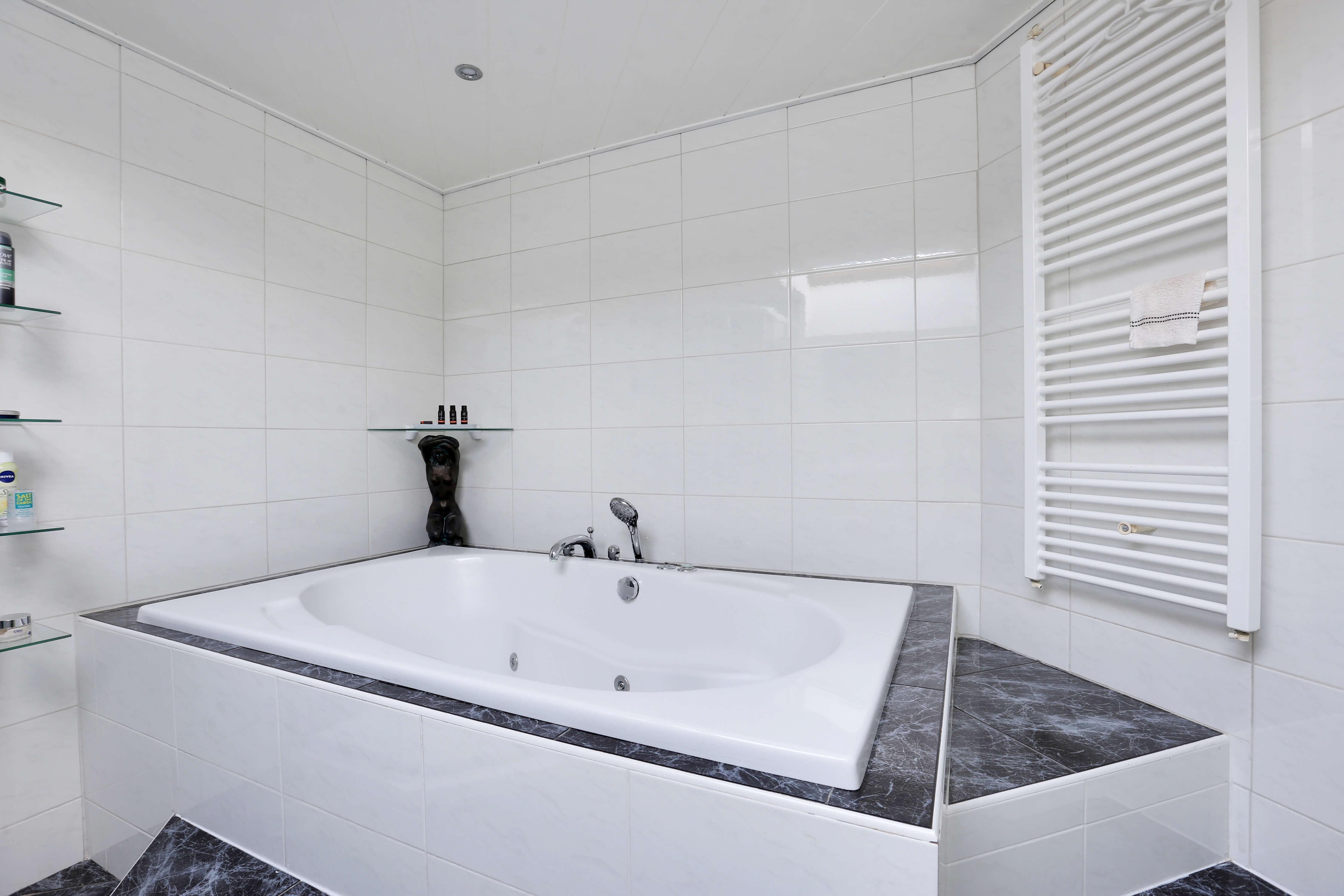 Te koop tussenwoning Shout 76 Hoorn badkamer Huisinzicht