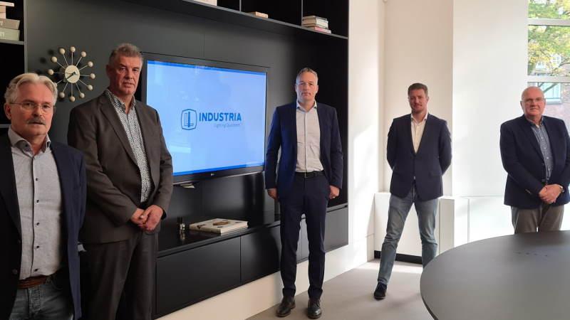 Vertrouwde nieuwe gezichten in het OV salesteam Industria! Op de foto van links naar rechts: Marcel Vossen, Nic van Koningsbruggen, Ferry Breeuwer (Algemeen directeur Industria), René Vrösch en Klaas Faber.