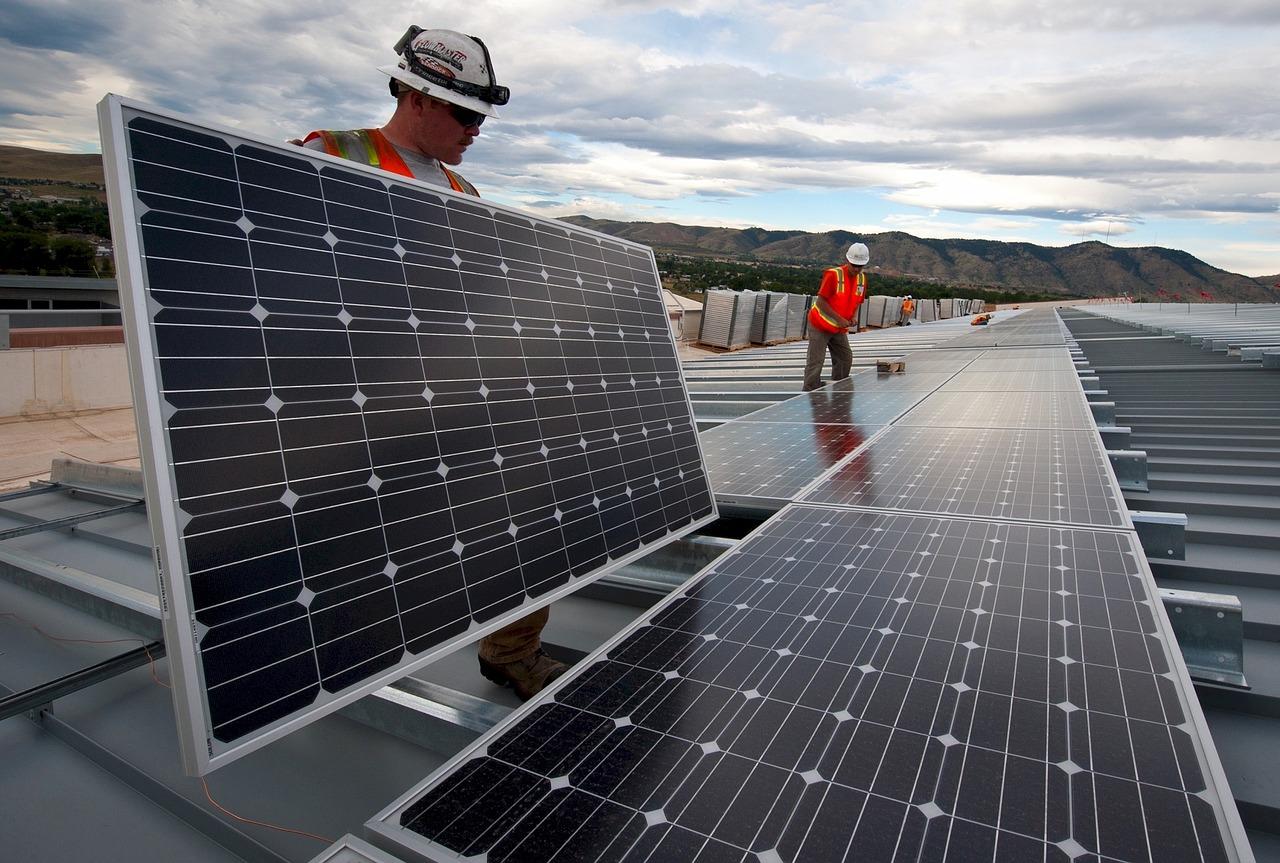 Монтаж монокристалічних сонячних панелей, фотоелементів на даху монтажною бригадою