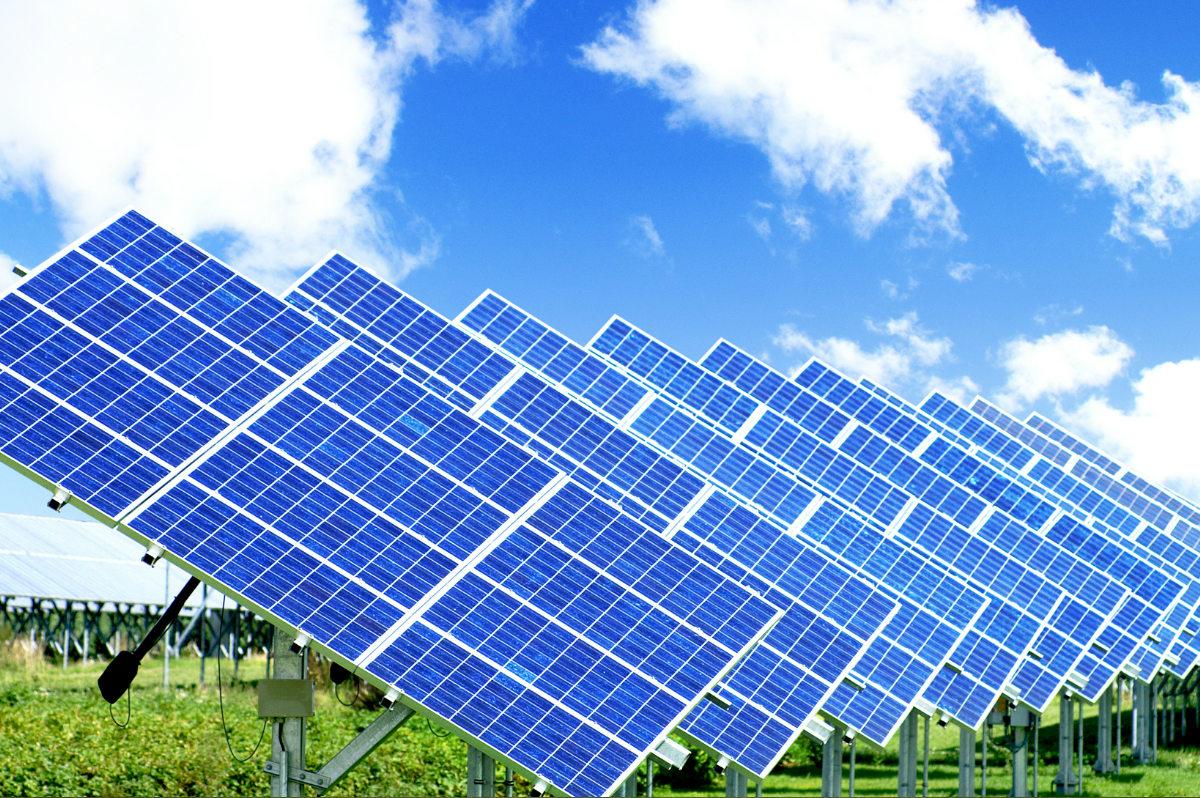 Фотоэлектрические элементы, применяемые в изготовлении солнечных батарей, работают по принципу, чем выше количество солнечных лучей попадающих на них, тем больше электроэнергии они производят.