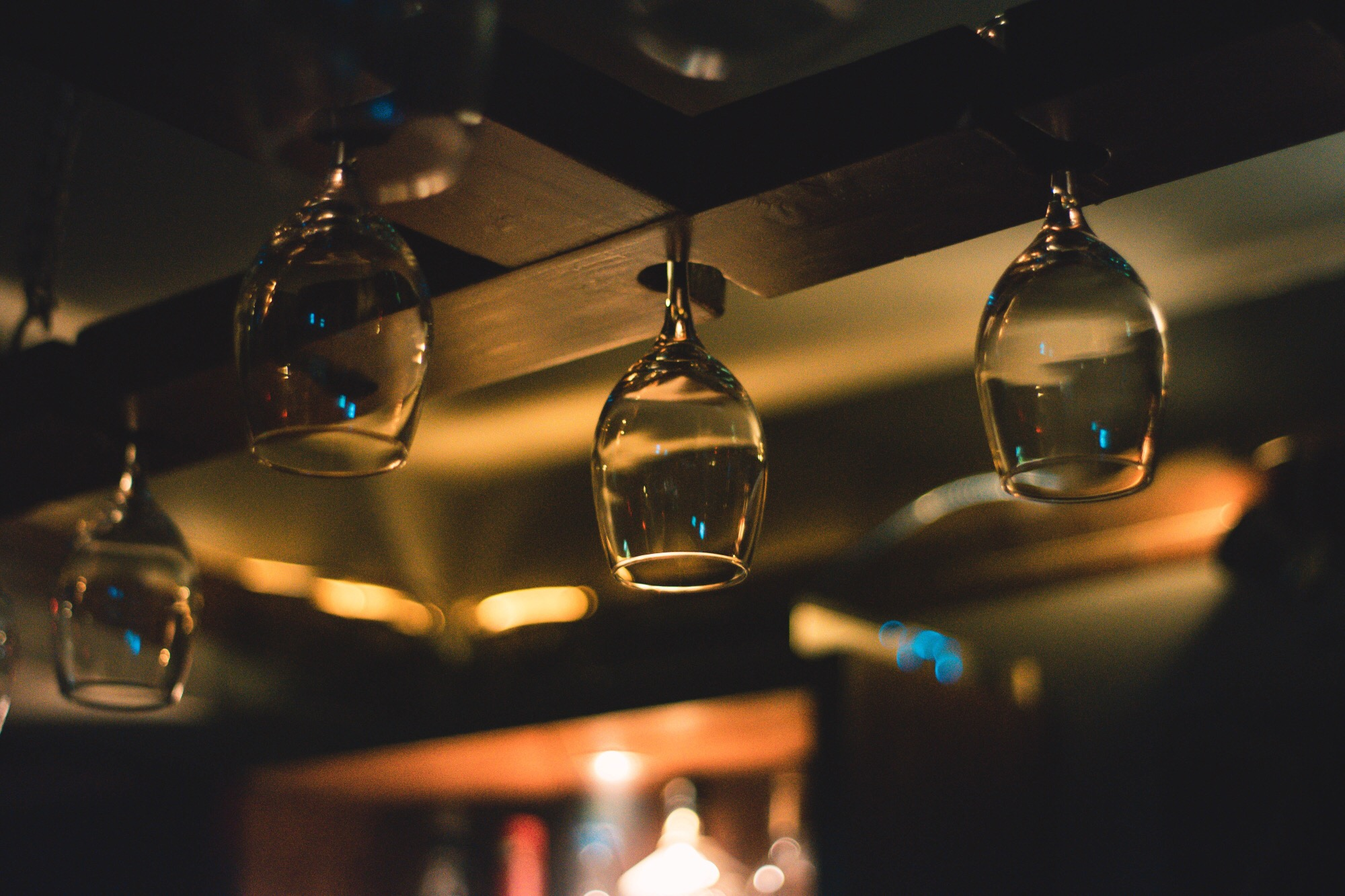 bryggerikaia_vinglass henger fra taket_foto