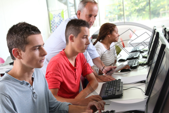 Equipo y sistemas  de Computo en Escuelas