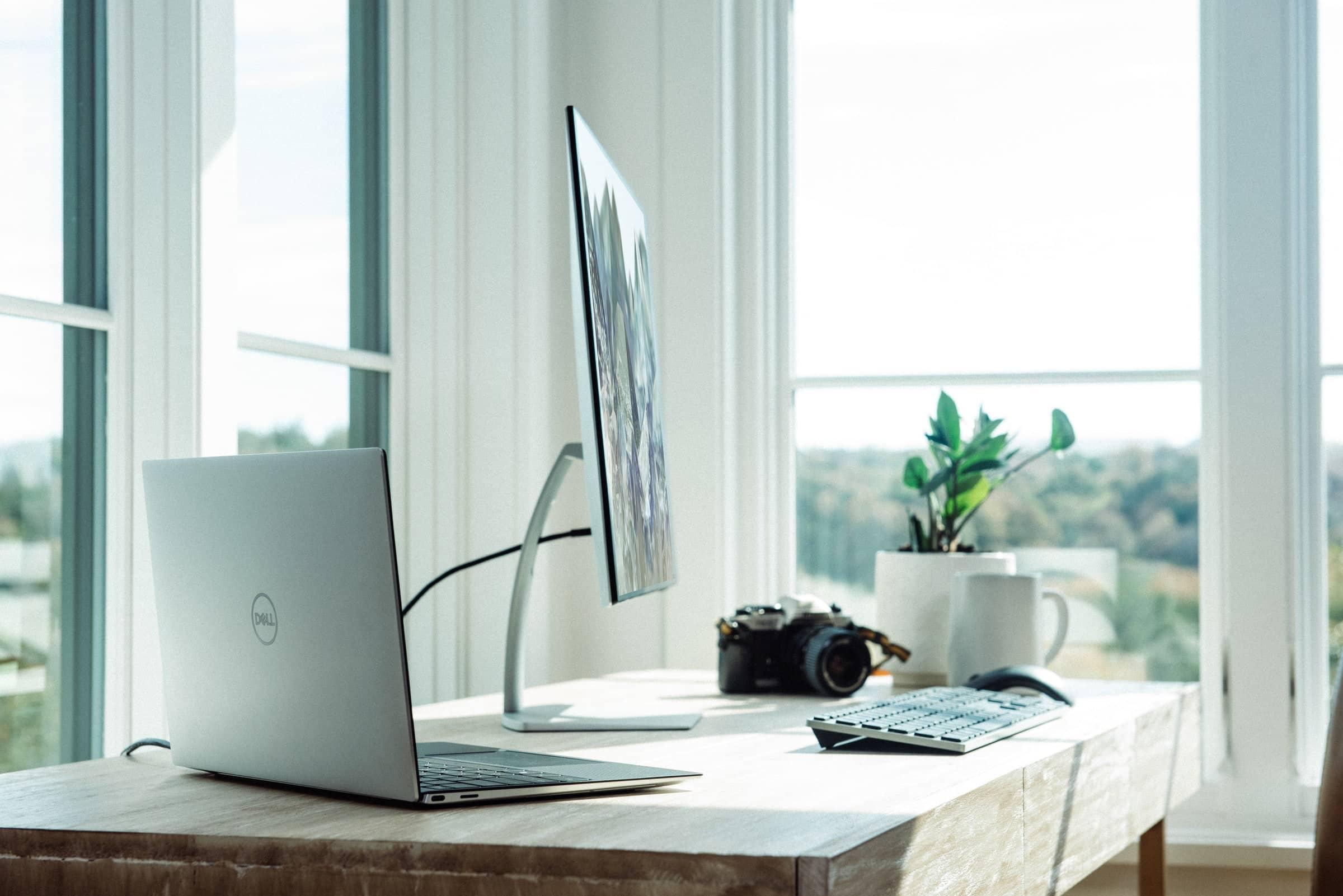 Webdesign Mönchengladbach - Moderner Arbeitsplatz mit Monitor und viel natürlichem Licht.