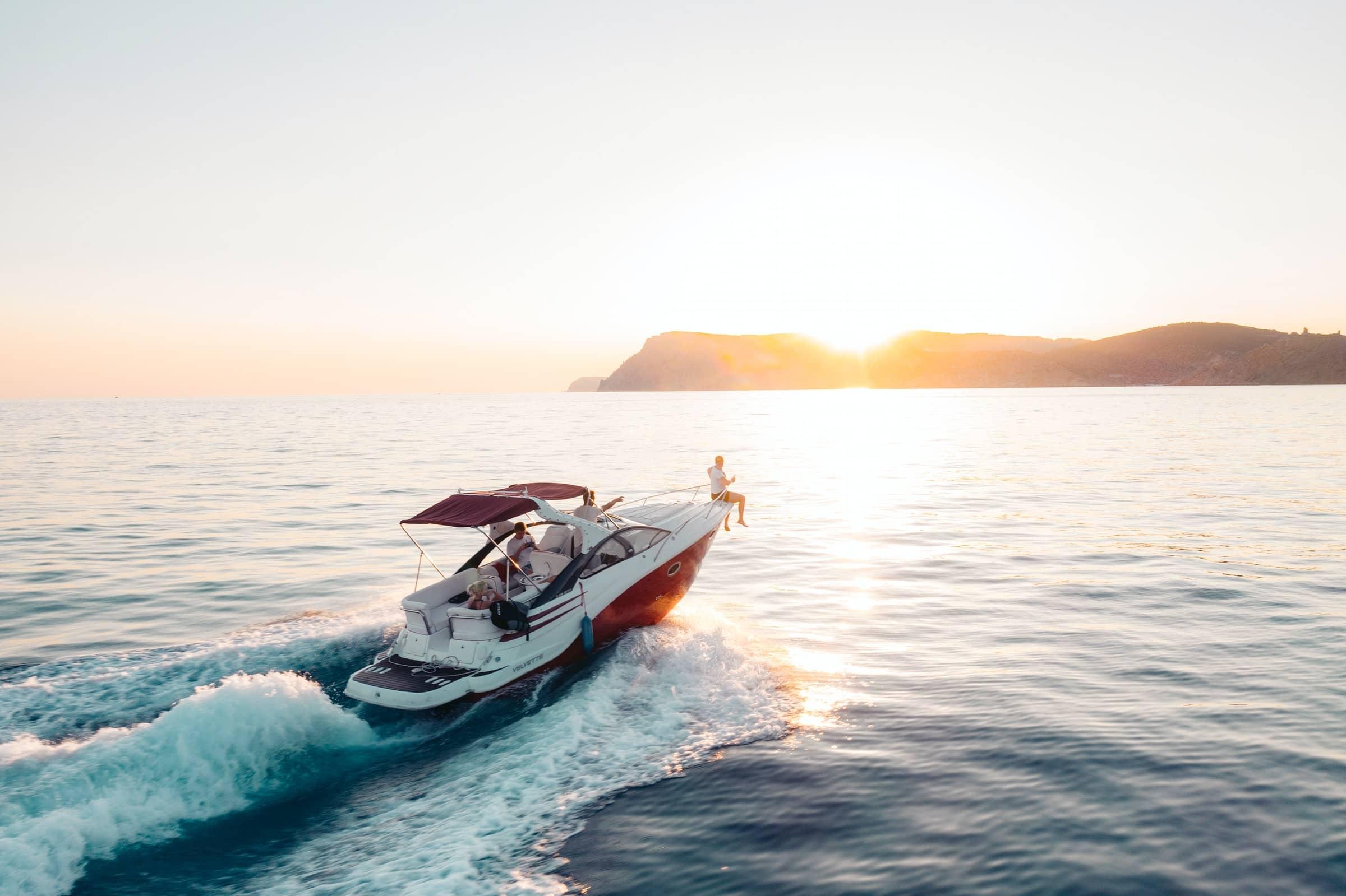 Webdesign Projekt - Sportbootklink Inhaber Julian Weingärtner - Sportboot auf dem Meer.