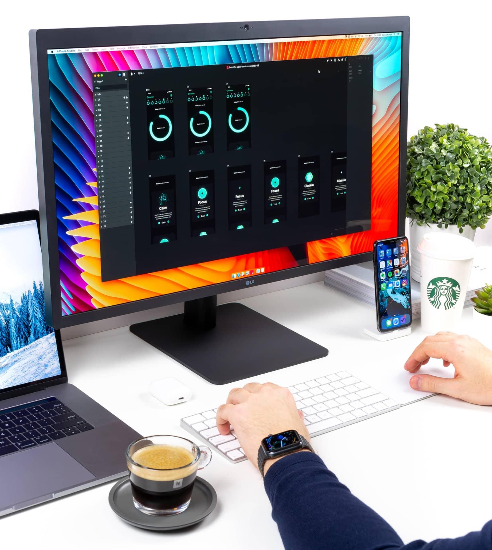 Online Business aufbauen - PC Monitor mit Webdesign Tool, Tastatur und einem Kaffee.