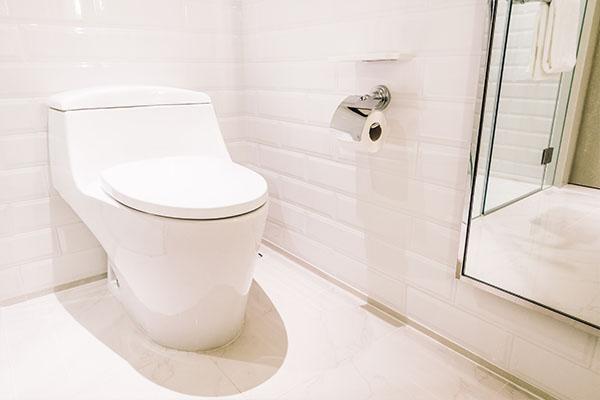 Toilette auf weißen Fliesen