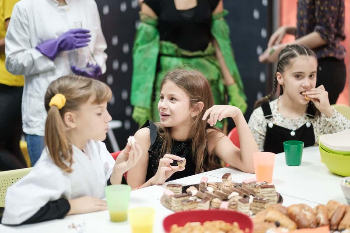 Kids eating desserts