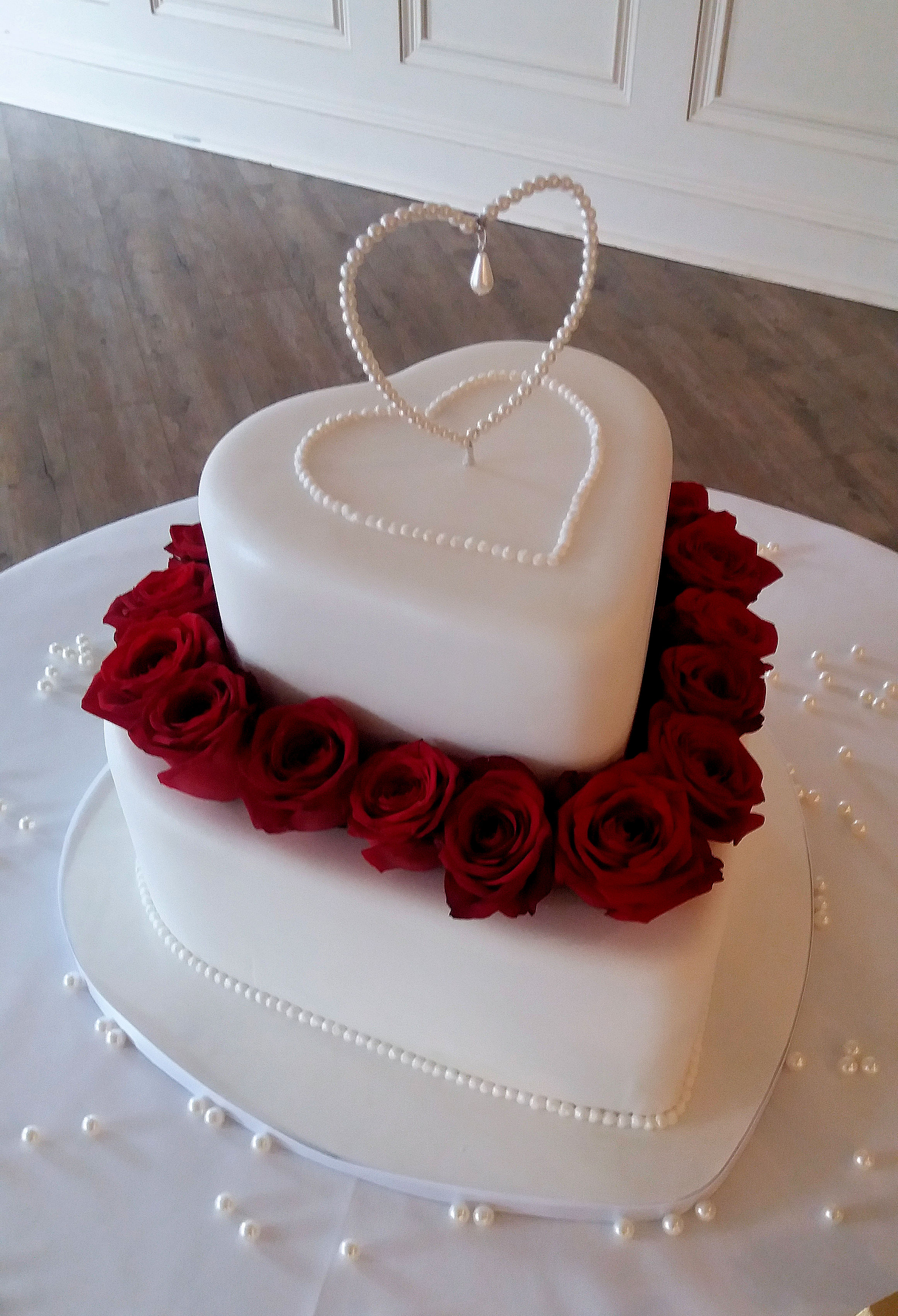 heart shape red rose wedding cake