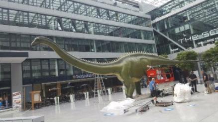 Jumbo-LKW transportiert Dinosaurier