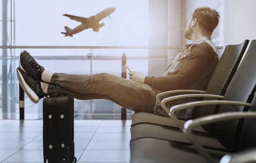 Muž, který čeká na přílet svého letadla