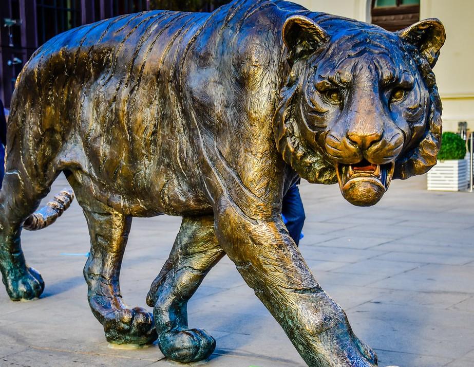 Tiger statute near Jernbanetorget